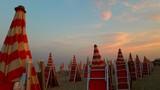 Ombrelloni in spiaggia al tramonto