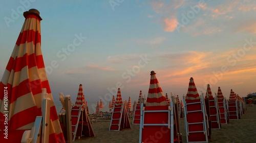 Zdjęcia na płótnie, fototapety, obrazy : Ombrelloni in spiaggia al tramonto