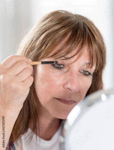Juliste Woman applying eyeshadow powder
