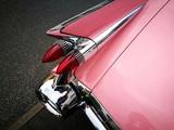 Pinkfarbene amerikanische Luxuslimousine aus den Fünfziger Jahren mit Heckflosse beim Oldtimertreffen in Wettenberg Krofdorf-Gleiberg in Hessen