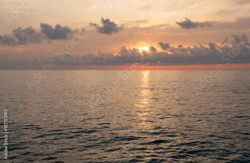 Amanecer en el mar, con bonitos colores y reflejos en el agua