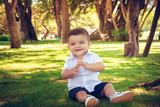 Nene feliz en el parque