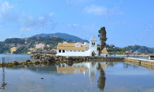 Fotobehang Sur l'ilot du même nom , le monastère de Panagia ton Vlachernon à Corfou se reflétant dans la mer Méditerranée