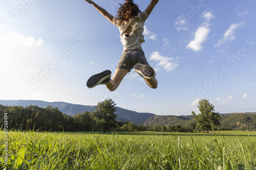 Jolie saut de joie en nature