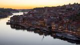 Rzeka Douro i Ribeira z mostu Dom Luis I w nocy, Porto, Portugalia.