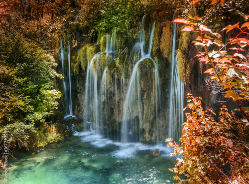 Siklawa w jesień lesie przy parka narodowego Plitvice jeziorami.