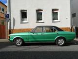 Grüne viertürige Limousine der Siebzigerjahre mit schwarzem Vinyldach bei den Golden Oldies in Wettenberg Krofdorf-Gleiberg in Mittelhessen