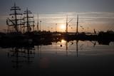 Wczesnym rankiem w Helsinkach, w Finlandii, statki i łodzie, nasyp