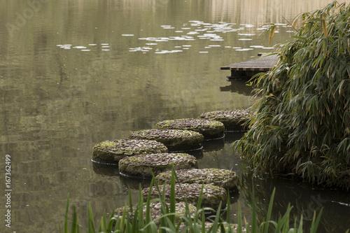 Foto op Plexiglas Landschappen Trittsteine mit Ying-Yang-Symbol Im Schloßpark Dennenlohe in Bayern / Deutschland