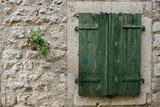 Okno z zielonymi żaluzjami