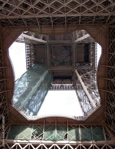 Au cœur de la structure métallique de la Tour Eiffel à Paris