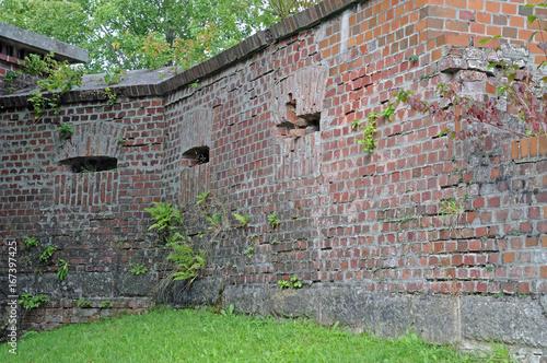 alte Festungsmauer mit Schießscharten