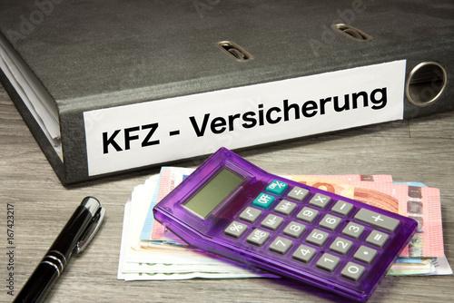 Euro Geldscheine, Taschenrechner und ein Ordner mit dem Aufdruck KFZ Versicherung - 167423217