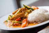 Vegetarisches Gericht mit Gemüse und Tofu in Kokos-Curry-Soße - 167441241