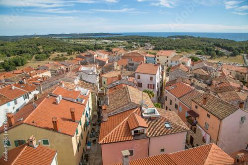 Staande foto Cathedral Cove Vrsar Stadtpanorama und Aussicht auf die paradiesische Bucht