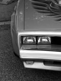 Doppelscheinwerfer eines amerikanischen Sportwagen der späten Siebzigerjahre in Wettenberg bei Gießen, fotografiert in traditionellem Schwarzweiss