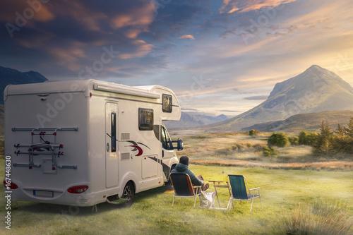 Leinwandbild Motiv Urlaub mit dem Wohnwagen in der Natur