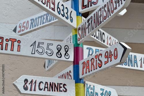 Tuinposter Las Vegas Panneaux flèches vers grandes villes