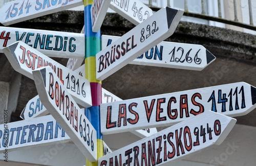 Fotobehang Las Vegas Panneaux flèches vers grandes villes