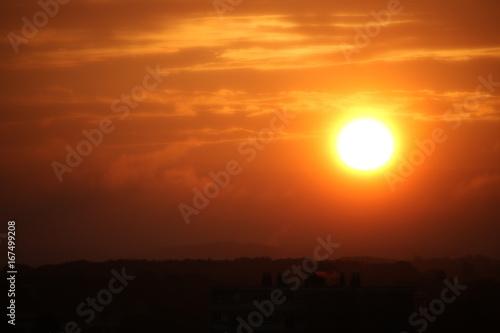 In de dag Oranje eclat Levé de soleil orange avec quelques nuages