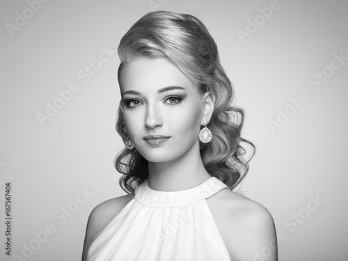 Foto op Plexiglas womenART Fashion portrait of young beautiful woman with jewelry and elegant hairstyle. Blonde girl with long wavy hair. Perfect make-up. Black and white photo