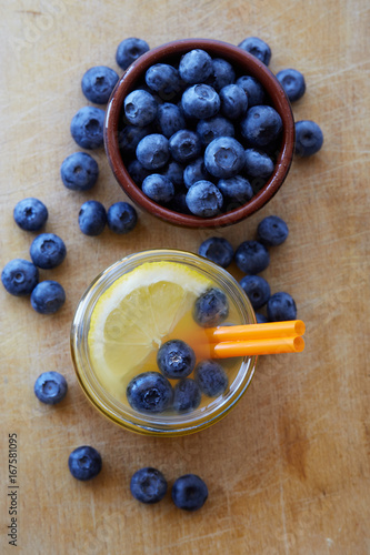 Poster Sap Fresh made lemon Juice drink with blueberries on wooden background