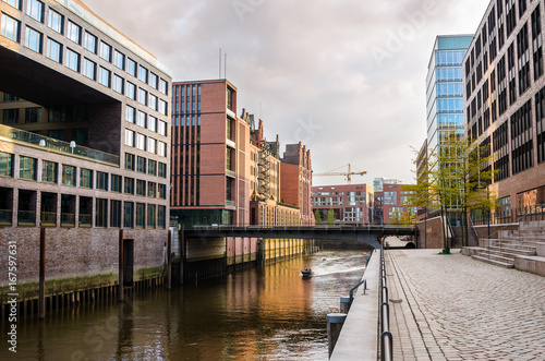 Foto op Aluminium New York Old and Modern Buildings alongside a Canal in Hamburg at Sunset.
