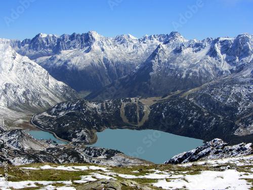 stausee kops eingehüllt vom winterlichen schneebedeckten Gebirge der Silvrette im Montafon