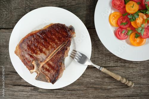 Porterhouse Steak gebraten mit Tomatensalat