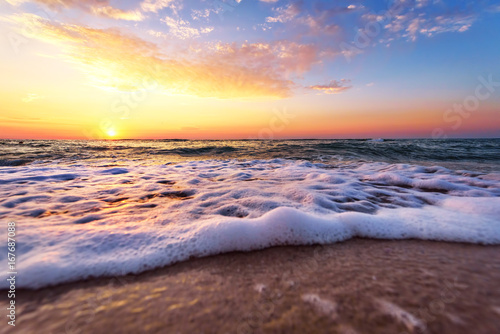 Tuinposter Ochtendgloren Majestic ocean sunset with a breaking wave.