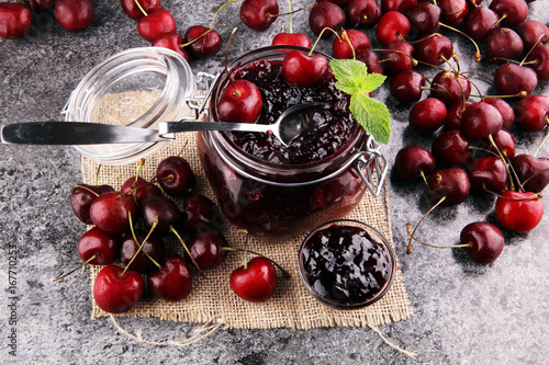 Aluminium Kersen Jar of cherry jam, sour cherries and spoon on grey vintage background