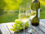 Weißwein, Trauben, Weinflasche - 167759445