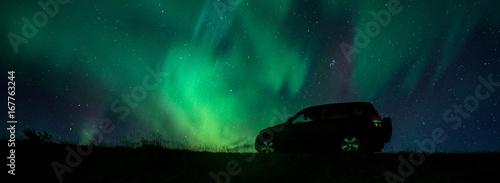 Fotobehang Noorderlicht Nordlicht über Auto in Südisland