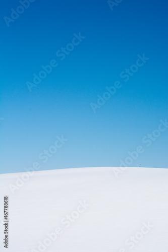 真っ白な雪原と冬晴れの青空