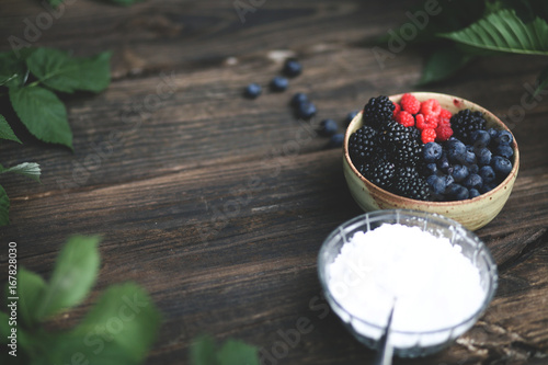 Wall mural Fresh berries with powered sugar