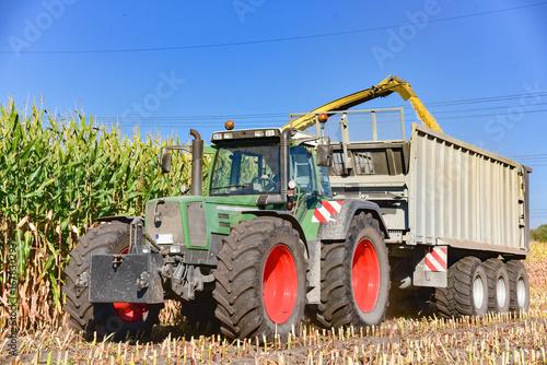 Fotobehang Trekker Maisernte - Landtechnik im Einsatz