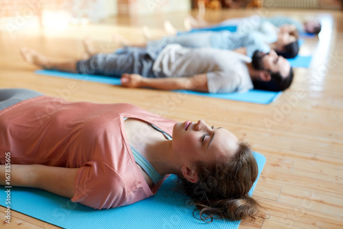 Papiers peints Ecole de Yoga woman with group of people doing yoga at studio