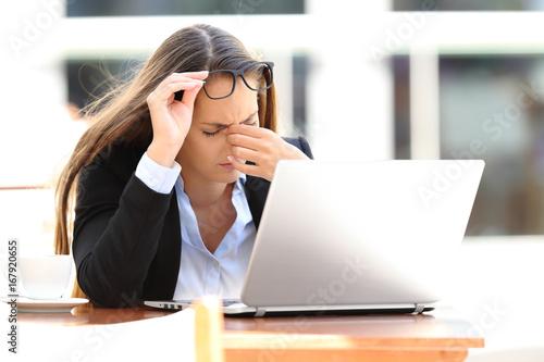 Juliste Tired worker suffering eyestrain in a coffee shop
