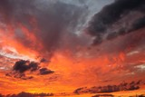 rote Abendwolken am Gewitterhimmel