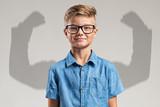 Kind vor Schatten mit muskulösen Armen - 167941696