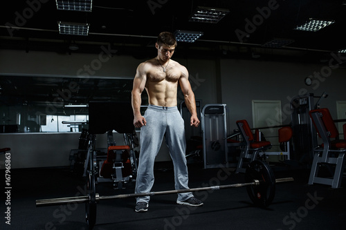 Poster Strong man working in gym