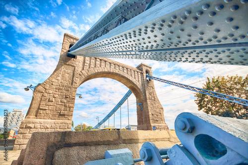 WROCŁAWSKI, POLSKA, SIERPIEŃ - 14, 2017: Grunwald most jest zawieszenia mostem nad rzecznym Odra w Wrocławskim, buduje między 1908, 1910 (Zawieszenie) projektujący Richard Pluddemann.