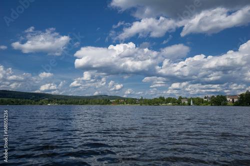 See und Himmel mit Wolken