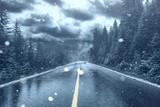 Unwetter auf Strasse mit Schnee und Regen