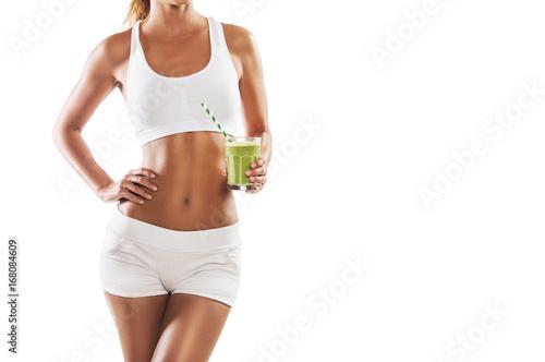 Dysponowana młoda kobieta trzyma zdrowego, zielonego smoothie, odizolowywającego na białym tle, ciało