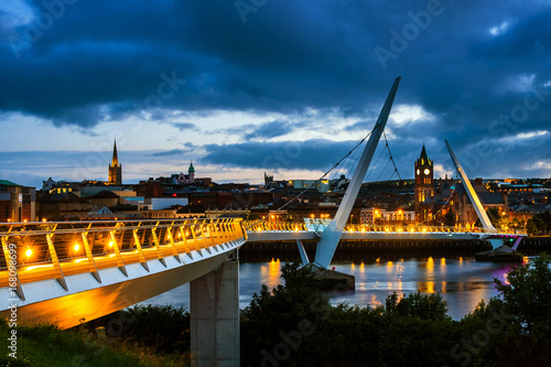 Stampa su Tela Peace bridge in Derry Londonderry in Northern Ireland with city center