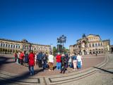 Dresdner Theaterplatz mit Touristen - 168171846
