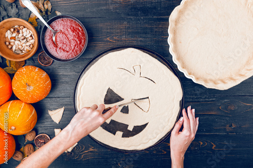 Sticker Chef cooks a pie for Halloween with a filling of pumpkin-strawberry jam and peaches