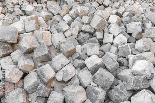 Viele Granit Pflastersteine auf einem Haufen Poster