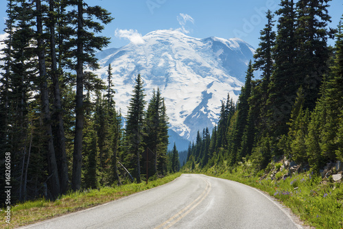 Papiers peints Gris traffic Road with a view Mt rainier national park